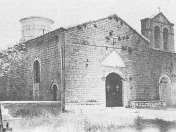 Η δυτική όψη του καθολικού της Βαρνάκοβας.
