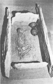 Θήκη, αντιπροσωπευτικός τύπος τάφου της Μέσης Εποχής του Χαλκού, Αρχαιολογικό Μουσείο Βόλου.