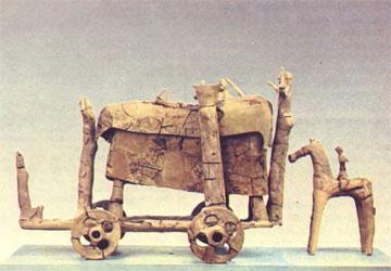 Πήλινο άρμα νεκρικό από τάφο του Αργυρούντος (εκφορά).