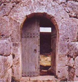Μια από τις τοξωτές πύλες που περνούσε ο επισκέπτης στο νεκρομαντείο της Εφύρας.