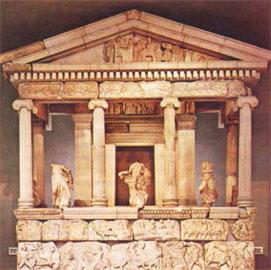 Το Μνημείο των Νηρηίδων (περ. 400 π.Χ.) από την Ξάνθο της Λυκίας βρίσκεται σήμερα στο Βρετανικό Μουσείο.