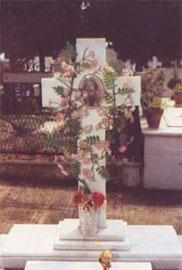 Τα λουλούδια στον τάφο συμβολίζουν την ανάσταση της ψυχής.