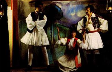 Π. Χατζηκουτσέλης, Μ. Σεβαστοπούλου και Κ. Προβελέγγιος σε σκηνή από την «Γκόλφω».