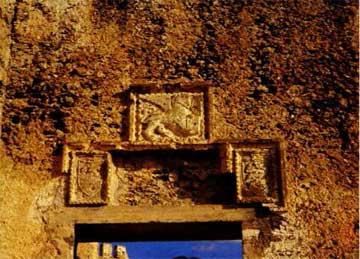 Ενετικά οικόσημα πάνω από τη θέση της αρχικής πύλης του φρουρίου στο Φραγκοκάστελο Σφακίων.