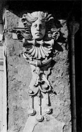 Γύψινο προσωπείο από την πρόσοψη του Μαλλιαροπούλειου θεάτρου της Τρίπολης.