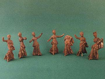 Πήλινα ειδώλια χορευτριών από τάφο ελληνιστικής εποχής στα Άβδηρα.