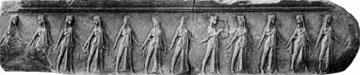 Τμήμα της ανάγλυφης μαρμάρινης ζωφόρου από το Πρόπυλο του Τεμένους με κορίτσια να χορεύουν, περ. 340 π.Χ. (Μουσείο Σαμοθράκης).