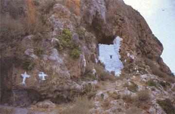 Η εκκλησία του Αγίου Αθανασίου του Αθωνίτη, μέσα στη σπηλιά.
