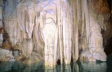 Το σπήλαιο των Λιμνών, στα Καλάβρυτα.