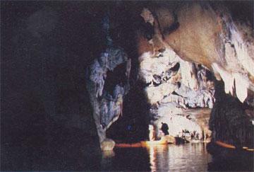 Εξερευνώντας πολυδαίδαλη λίμνη στο σπήλαιο «Λιμνών» στις Καστριές Καλαβρύτων.