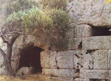 Μνημειακή κατασκευή της εισόδου και δείγμα τοιχοδομής εξωτερικού τοίχου στην «Ελληνοκαμάρα» Κάσου.
