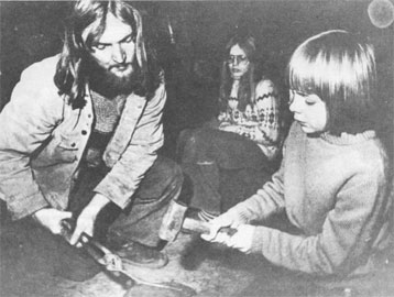 Παιδιά και φοιτητές δοκιμάζουν τη χρήση εργαλείων στο Κέντρο Έρευνας Ιστορίας και Αρχαιολογίας στο Lejre, Δανία.