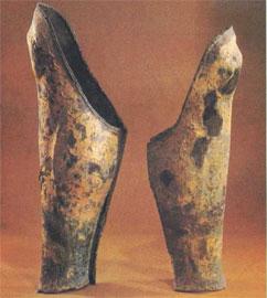 Οι δυο ανόμοιες κνημίδες από τον Βασιλικό τάφο του Φιλίππου στη Βεργίνα.