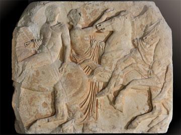 Ο λίθος XXXIV της βόρειας ζωφόρου του Παρθενώνα. Τελετάρχης κατευθύνει την πομπή των ιππέων.