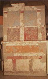 Διακόσμηση τοίχου δωματίου με πολύχρωμα πλαστικά κονιάματα, ελληνιστική εποχή (Αρχ. Μουσείο Πέλλας).