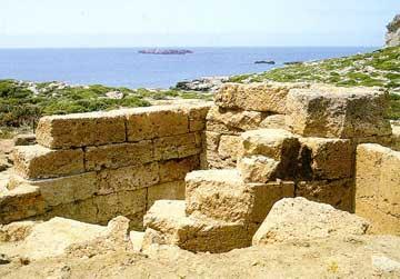 Άποψη του ελληνιστικού λιμανιού με οχυρωματικούς πύργους στη Φαλάσαρνα.