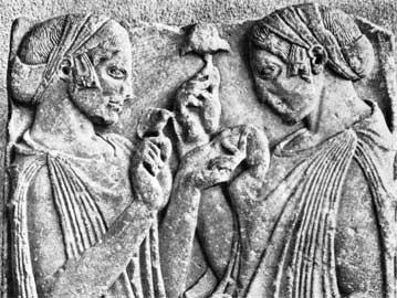 Ταφικό ανάγλυφο από τα Φάρσαλα της Θεσσαλίας που παρουσιάζει τη Δήμητρα και την Κόρη να κρατούν μανιτάρια. Μουσείο του Λούβρου.