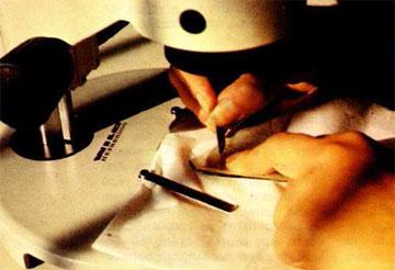 Μηχανικός καθαρισμός γυάλινου ρωμαϊκού αγγείου σε στερεομικροσκόπιο.