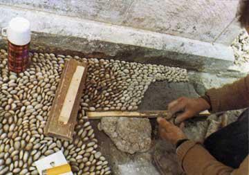 Επανακατασκευή των βοτσαλωτών δαπέδων στο αρχοντικό Βούρλη.