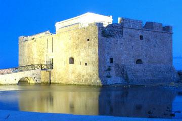 Το κάστρο της Πάφου. Το σύμβολο της πόλης είναι ένας φράγκικος πύργος μέσα σε περίβλημα της ενετικής περιόδου.