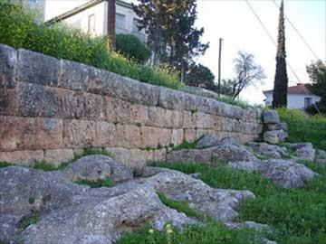 Τμήμα του οχυρωματικού τείχους της αρχαίας πόλης του Γαλαξιδιού.