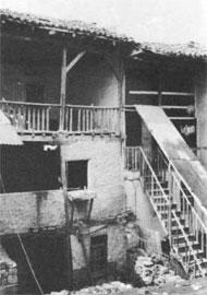 Έδεσσα, συνοικία Βαρόσι. Σπίτια «εν σειρά» με εσωτερικά χαγιάτια στην οδό Μακεδονομάχων 20 και 22.