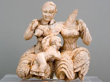 Ελεφαντοστέινο σύμπλεγμα με δύο θεότητες και νεαρό θεό, από την Ακρόπολη των Μυκηνών, 15ος αι. π.Χ. Εθνικό Αρχαιολογικό Μουσείο.