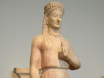 Επιτύμβιο μνημείο, αττική κόρη (540 π.Χ.). Στο βάθρο, επιγραφή ονομάζει την κόρη Φρασίκλεια και τον παριανό γλύπτη Αριστίωνα.