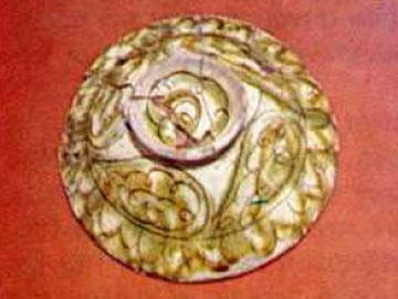 Η πίσω όψη πινακίου με ζωγραφισμένο–εγχάρακτο διάκοσμο. Κόρινθος, β΄μισό 13ου-αρχές 14ου αι.