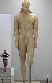 Ο Κούρος της Σάμου. 570-560 π.Χ. Αρχαιολογικό Μουσείο Σάμου.