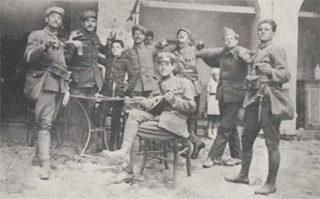 Γλέντι στην αυλή, στην επιστράτευση του 1918.