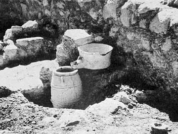 Εγκατάσταση ελαιοπιεστηρίου (;) ή «πατητηριού» για κρασί από το ανάκτορο της Ζάκρου (Ν. Πλάτων 1974, Ζάκρος).