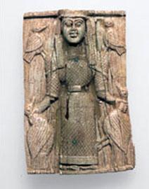 Οστέινη πόρπη λακωνικού εργαστηρίου από το Ιερό της Ορθίας Αρτέμιδος στη Σπάρτη με απεικόνιση της θεάς. 660 π.Χ.