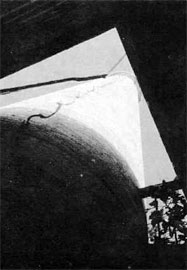 Η καμινάδα του ελαιουργείου όπως φαίνεται από τη βάση της.