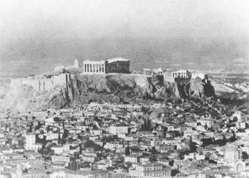 Γενική άποψη της Ακρόπολης και της βόρειας κλιτύος με την Πλάκα. Φωτ. V. Schinkel (1931).