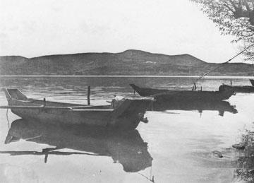 Το «καράβι» της λίμνης της Καστοριάς (φωτ. Γ. Παντζόπουλος, 1985).