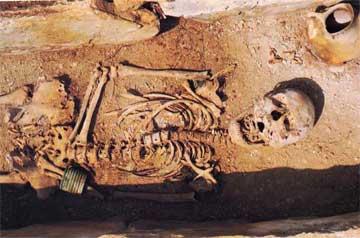 Γυναικεία ταφή της πρώιμης εποχής του σιδήρου από τον τύμβο 7 στο Μεσονήσι, δυτικά από το σημερινό χωριό Δίον.
