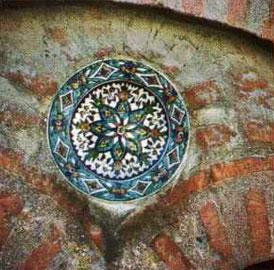 Ένα από τα τρία όμοια πινάκια του ναού της Αγ. Αικατερίνης του Κουντίτου στην Πλάκα.