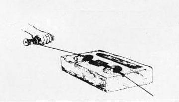 «Στάθνη» από το ναυπηγείο του Α. Χάλαρη (Σαντορίνη). Διακρίνεται η θήκη για το σφουγγάρι με τη βαφή που χρωματίζει το νήμα.