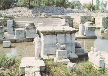 Βωμός, αντίγραφα αναθημάτων και κλίμακα του ναού της Ίσιδας στο Δίον (1989).