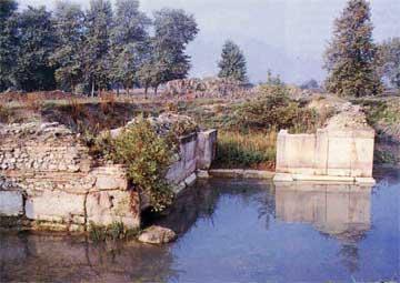 Η πύλη του ανατολικού προβόλου κατασκευασμένη από μνημειώδεις σε μέγεθος μαρμάρινους γωνιόλιθους.