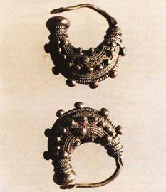 Ασημένια σκουλαρίκια από το νεκροταφείο της Αργιθέας (4ος αι. π.Χ.).