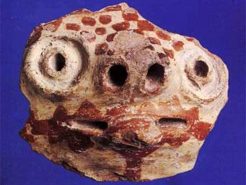 «Αποτροπαϊκό προσωπείο» με χαρακτηριστική διακόσμηση της Μέσης Νεολιθικής από τη θέση Άγ. Γεώργιος 3. Πρώτο μισό 5ης χιλιετίας.