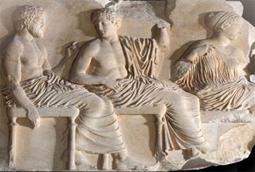 Ποσειδώνας, Απόλλωνας και Άρτεμη. Ανατολική ζωφόρος του Παρθενώνα (442-438 π.Χ.).