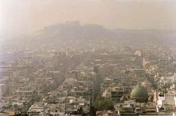 Η Ακρόπολη πνιγμένη από το νέφος της Αθήνας.