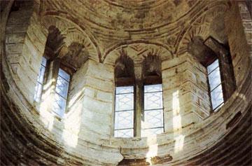 Το εσωτερικό του τρούλου της Παναγίας. Το τύμπανο είναι χτισμένο με ορθογωνισμένους πωρόλιθους.