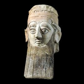 Κεφαλή ιερέα (;) από την Ταμασσό. Πηλός. Ύψ.: 0,36 μ. Πρωτοκυπριακός ρυθμός, 660-600 π.Χ. Λονδίνο, Βρετανικό Μουσείο.