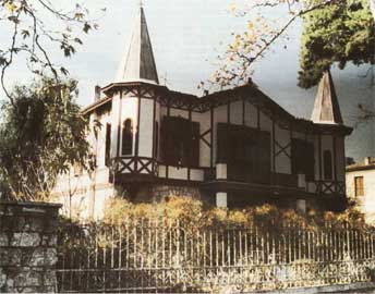 Χαρακτηριστικό εκλεκτικιστικό παράδειγμα: η κατοικία της οδού Κόκκοτα 3 στην Κηφισιά, χτισμένη το 1900 για την κόμισα De Brooke.