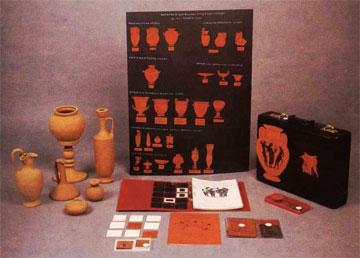 Αρχαία ελληνικά αγγεία στη μουσειοσκευή του Μουσείου Κυκλαδικής Τέχνης.