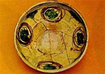 Χαραχτή ροζέτα με σπειροειδείς κύκλους σε υποπράσινο κάμπο. Βυζαντινό Μουσείο Αθηνών, Τ 1843 (περ. 1650-1750).